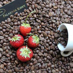 kawa o smaku truskawkowo – śmietankowym