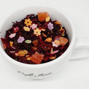 Herbata owocowa świąteczna z dekoracjami cukrowymi